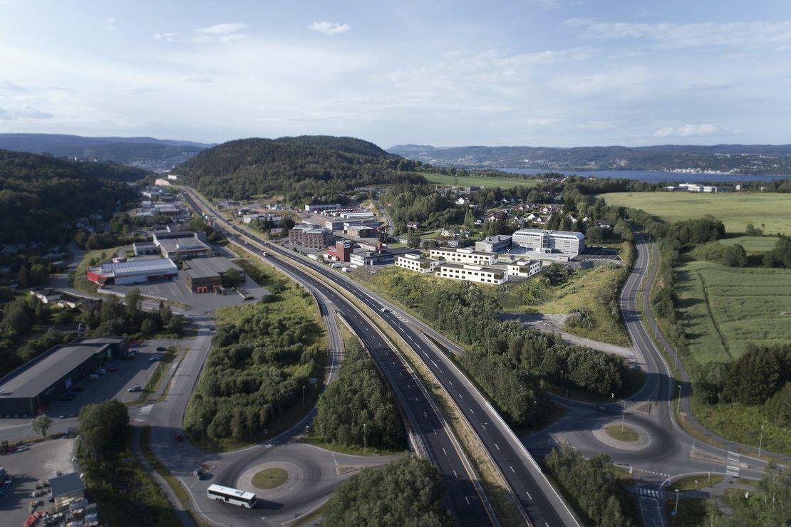 Gråterudveien 8 ligger inntil E18 syd for Drammen, nær Eik-krysset